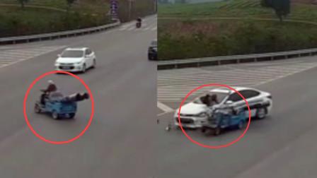 四川一女子路中转弯被撞!监拍:事前女子骑电动车路中猛转方向