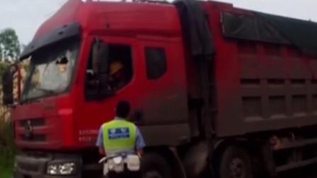 大货车司机遇查逃跑,警方紧随其后,司机竟拿出剪刀欲轻生