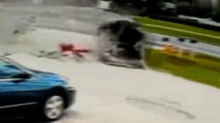 活了三十年,第一次见到如此惨烈的车祸,女司机瞬间被甩出
