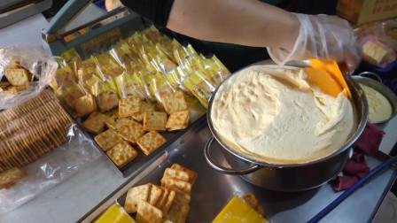 太好玩了!像冰淇淋一样的软牛轧糖揪一块做成夹心饼干,好吃有趣