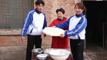年三十包饺子,儿时吃上猪肉白菜馅饺子都是幸福的,很好吃