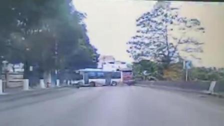 公交车甩尾撞上大货车,监控拍下惊现瞬间