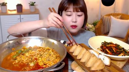 韩国妹子在家做海鲜面吃,葱泡菜豆腐寿司都没放过,真能吃