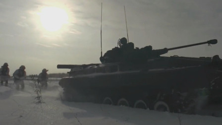 俄罗斯冬季BMP-3步兵战车拉雪橇搭载士兵高速雪地上前进