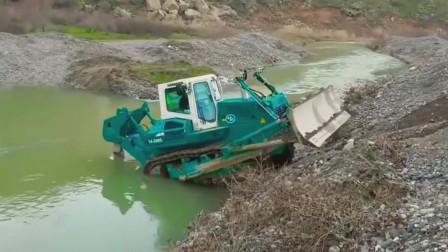 重型履带推土机河床底部清理淤泥,宽大的履带让它不会陷落河流中