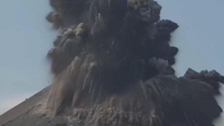 火山喷发时产生大量的蓝色闪电