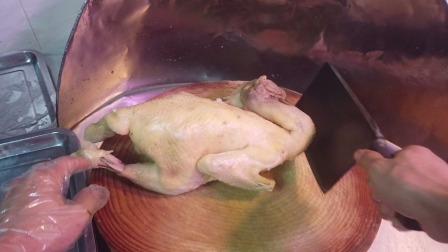 这阿叔真会吃,可能是同行,竟单点一只白切鸡回去吃