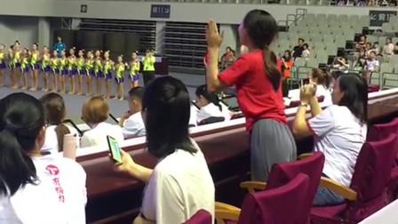 原本是一群人的舞台,台下的指导老师却忍不住了,又是被才华耽误的老师!