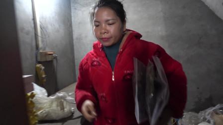 农村小英子把表姐寄来的干鱼拿出来分享,五娘六妈幺妈一人一个