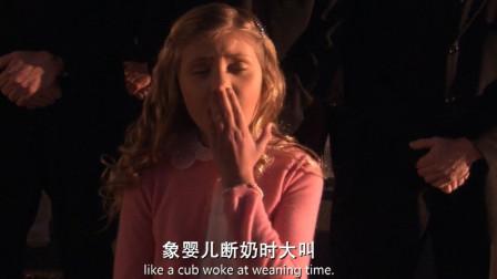 男子向小公主介绍游乐园项目,个个惊险刺激,小公主却听得打哈切