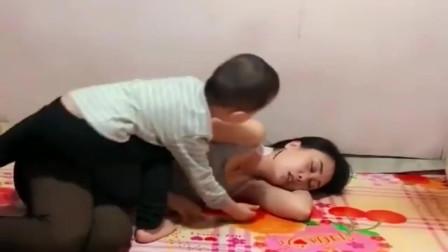 妈妈睡觉,可是这小家伙也太不老实了,网友:日后能成大器!