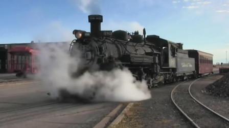 蒸汽火车清理炉渣后填装煤炭高速前进