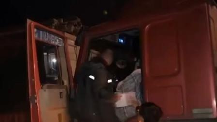 重型货车开着双闪冲进收费站 司机陷入昏厥
