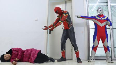 人类看到蜘蛛侠被吓晕了,没想这一幕被奥特曼看到,大战开始了