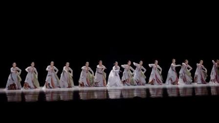 喜欢这段舞蹈的飘逸大气,就是c位的领舞是不是跳错了啊?