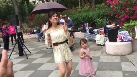 同小红合唱歌曲《伤不起》,不到三岁的小女孩收到的红包比她还多