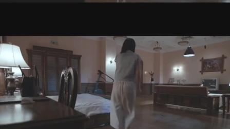 姑娘独自在家,门外有人装神弄鬼,吓得不轻啊!
