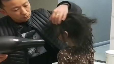 给女儿吹头发,总是吹到脸上,于是爸爸想了个办法解决了!