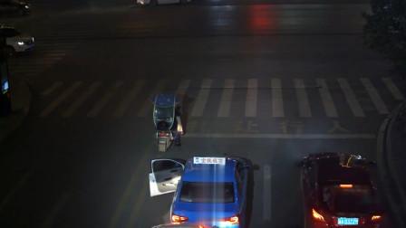 小车驾驶员等待绿灯时溜车 与后车发生碰撞被监控拍下