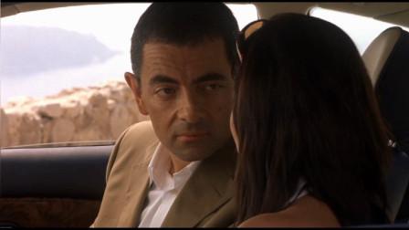 憨豆特工正想亲美女,手肘却碰到车里开关,让美女连人带座椅飞天
