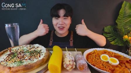 韩国吃播小哥,吃芝士披萨,热狗,辣年糕、拉面,看他吃得真馋人