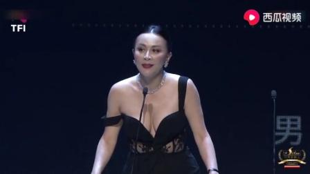 刘嘉玲给古天乐颁完奖,才发现自己衣服肩带掉了,依然从容复位