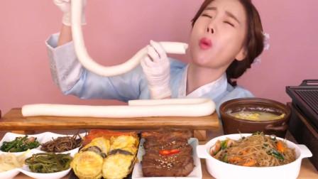 韩国大胃王吃超长年糕,搭配一桌家常菜就往嘴里塞,吃相真诱人!