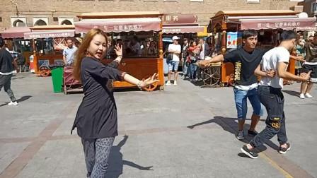 新疆广场舞:沉浸在舞蹈中的金发姑娘
