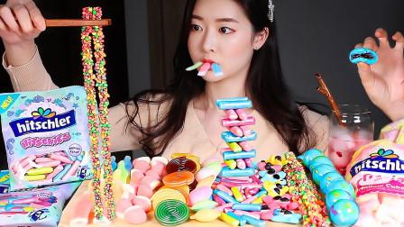 美女吃风靡韩国的流行糖果,各种趣味的造型好有趣,酸酸甜甜超好吃