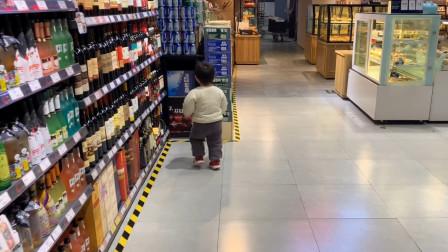 宝宝自己逛超市,目标很明确来一箱雪花勇闯天涯,妈妈笑的肚子疼
