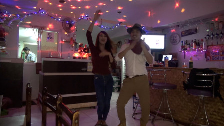 雷探长探秘东南亚,和漂亮的酒吧老板唱歌跳舞,原来她竟不是女人