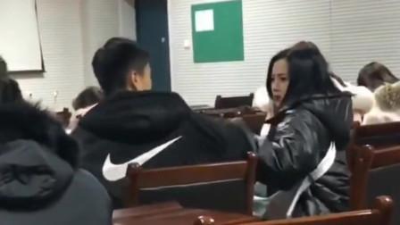 这两个人一看就是情侣,小哥哥偷看教师女同学,女友当场就不高兴了!