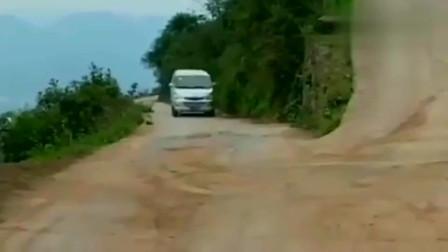 汽车摩托:五菱神车挑战漂移过弯,这技术,太帅了!