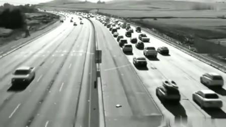 灵异事件:前几辆汽车在监控前神秘消失,是开得太快了捕捉不到吗?