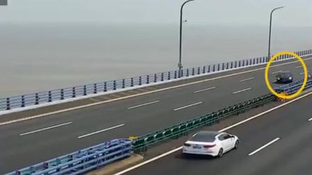 惊险!黑色轿车在高速路上爆胎导致漂移!还好是一位老司机,目前无人受伤!