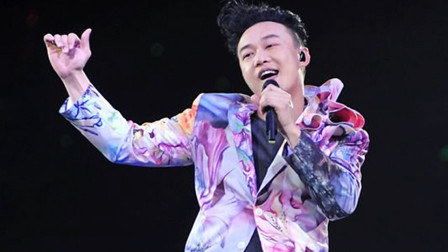 陈奕迅万人合唱《单车》,认真听时终于明白歌词真正的含义!