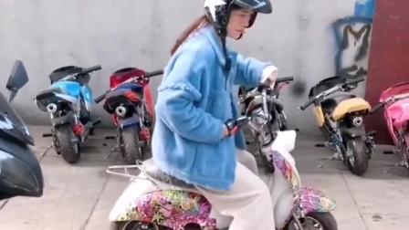 老远看到姑娘的座驾有点奇怪,走过去一瞅,这小摩托不怕堵车了啊!