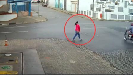 红衣美女下班回家,谁知眼前的一幕,让他吓得双腿发软