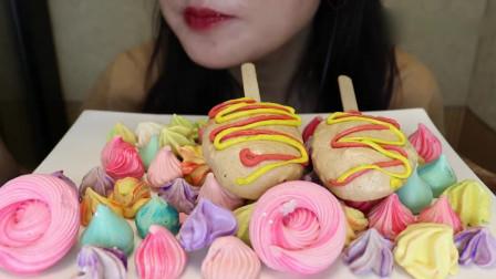 吃货小姐姐:小姐姐吃播热狗、草莓、芒果、抹茶口味的蛋白酥皮饼干!