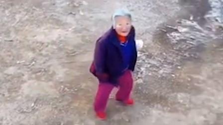 超硬核!村里用无人机监控老奶奶:不戴口罩不要乱跑