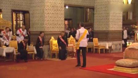 泰王驾到,辛苦了两位公主,不停地大礼跪拜