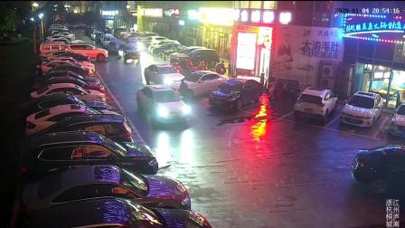 停车被堵,杭州一女司机连撞十几下开路