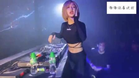 蹦迪现场,性感身材的美女dj现场展现完美舞技,气氛搞起来