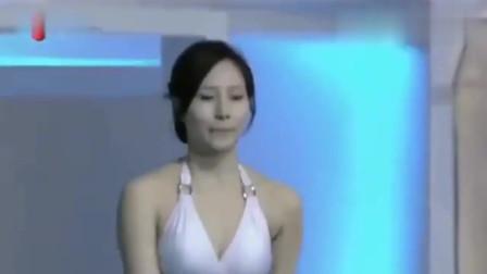 美女跳水发生意外,自己都不好意思上岸,谁想旁边的评委却一直在鼓掌