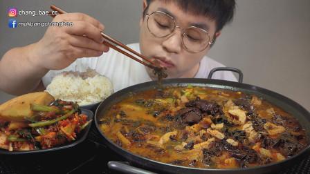 """韩国吃播:""""韩式牛血大肠宿醉汤+萝卜泡菜"""",搭配米饭吃得真香"""