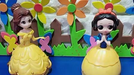 白雪公主的小雪人蛋糕真好吃,贝尔也想打开,结果雪糕消失了!