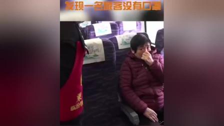 高铁上乘警发现一乘客没有戴口罩,原因是买不到,下一个举动暖心