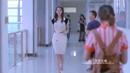 气质女教师一身白裙,踩着白色高跟鞋回头率百分百,太惊艳了!