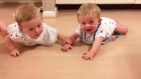 双胞胎宝宝搞笑,相互成为玩具,好有爱呀