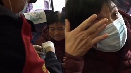 列车上老人没戴口罩 乘警为她戴上自己的备用口罩